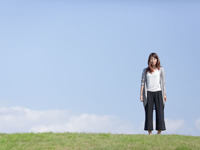 丘の上に立つ女性