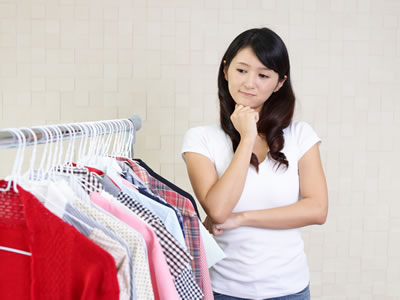 服装に悩む女性